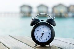 Klassische Uhr auf dem Stuhl Lizenzfreie Stockfotos