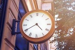 Klassische Uhr auf der Stadtstraße der europäischen Stadt Die Uhr wird auf einen Altbau in der Mitte von Europa eingestellt Lizenzfreie Stockfotografie