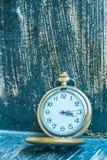 Klassische Uhr auf einem hölzernen Stockfoto