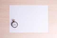 Klassische Uhr auf einem weißen Blatt Papier Lizenzfreie Stockfotografie