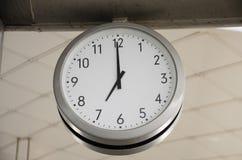 Klassische Uhr auf Gebäude Stockfotos