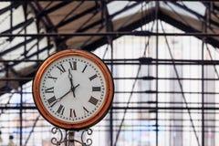 Klassische Uhr in einem englischen U-Bahnhof Lizenzfreie Stockfotos