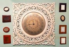 Klassische Uhr mit beweglichem Zeiger Stockbilder
