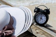 Klassische Uhr und Hut auf der Brücke in dem Meer Stockfotos