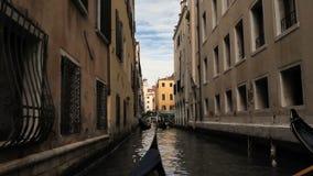 Klassische venetianische Kanal- oder Kanalstraße mit Reitgondeln stock video