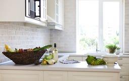 Klassische weiße Küche zu Hause Lizenzfreie Stockfotos