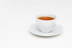 Klassische weiße Schale schwarzer Tee auf weißer Tabelle Stockbild
