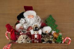 Klassische Weihnachtsdekoration mit Sankt in Rotem, im Weiß und im Grün Stockbilder