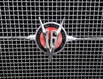 Klassische Weinlese Cadillac V16 Logo Emblem lizenzfreie stockfotografie
