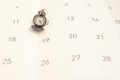 Klassische Weinlesehalskettenuhr auf Kalenderpapier lizenzfreie stockfotografie