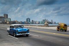 Klassischer amerikanischer Auto-Antrieb auf Straße in Havana, Kuba Lizenzfreies Stockbild