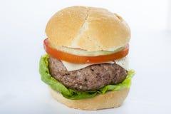 Klassischer amerikanischer Cheeseburger des riesigen selbst gemachten Burgers an Lizenzfreies Stockfoto