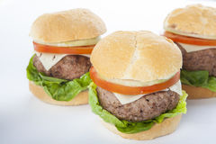 Klassischer amerikanischer Cheeseburger des riesigen selbst gemachten Burgers an lokalisiert Stockfoto