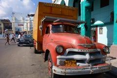 Klassischer amerikanischer LKW in einer verkehrsreichen Straße in der Mitte von Havana, Kuba Stockbilder