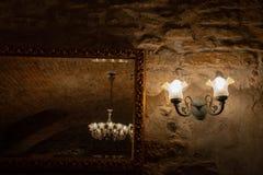 Klassischer antiker Weinleseleuchter Innenraum eines Raumes mit einem Leuchter in der Art stockfoto
