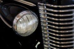 Klassischer Auto Scheinwerfer und Gril Stockbild