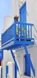 Klassischer blauer Balkon am weißen Haus in Griechenland Lizenzfreies Stockfoto