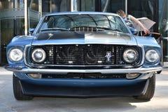 Klassischer blauer Ford Mustang Mach 1 1969, Vorderansicht stockfotografie