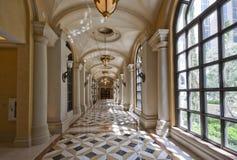 Klassischer breiter Flur mit Marmorfußboden und Teppich Stockbilder