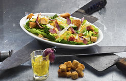 Klassischer Caesar Salad - themenorientiert für Ides von März Stockbild