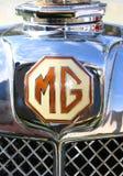 Klassischer Chrome Hauben-Ausweis MGs Stockfotografie