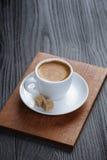 Klassischer doppelter Espresso auf hölzerner Tabelle Stockbild