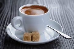 Klassischer doppelter Espresso auf hölzerner Tabelle Stockfoto