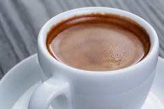 Klassischer doppelter Espresso auf hölzerner Tabelle Stockbilder