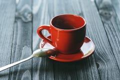 Klassischer doppelter Espresso auf hölzerner Tabelle Stockfotografie