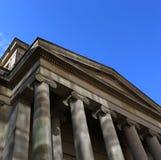 Klassischer errichtender blauer Himmel der Säulenhallefassadenspalten, der oben schaut stockfotos
