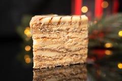 Klassischer esterhazy Kuchen auf schwarzem Hintergrund mit Weihnachtslichtern, horizontale Ansicht von oben stockfoto