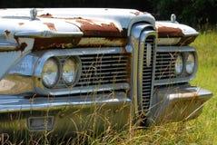 Klassischer Ford Edsel verrostet auf dem Gebiet Lizenzfreie Stockfotografie
