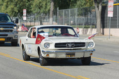 Klassischer Ford Mustang mit Veteranen Stockbilder