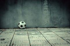 Klassischer Fußball nahe der grauen Wand Stockfotografie