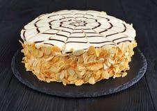 Klassischer ganzer esterhazy Torte, Frontansicht lizenzfreie stockbilder