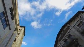 Klassischer Gebäude-Himmel-Fliegen-Fokus stock footage