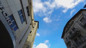 Klassischer Gebäude-Himmel-Fliegen-Fokus stock video footage