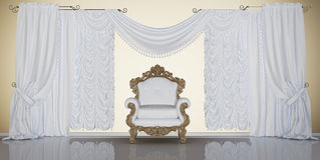 Klassischer Innenraum mit Stuhl und Vorhängen Lizenzfreies Stockfoto