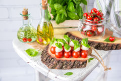 Klassischer Italiener Caprese-Canapes-Salat mit Tomaten, Mozzarella und frischem Basilikum Stockbilder