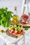 Klassischer Italiener Caprese-Canapes-Salat mit Tomaten, Mozzarella und frischem Basilikum Stockbild
