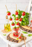 Klassischer Italiener Caprese-Canapes-Salat mit Tomaten, Mozzarella und frischem Basilikum Lizenzfreies Stockbild