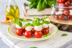 Klassischer Italiener Caprese-Canapes-Salat mit Tomaten, Mozzarella und frischem Basilikum Stockfotografie