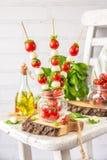Klassischer Italiener Caprese-Canapes-Salat mit Tomaten, Mozzarella und frischem Basilikum Lizenzfreie Stockfotos