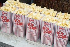 Klassischer Kasten des roten und weißen Popcorn-Kastens gegen Partei-Snack Nahrung stockfotos