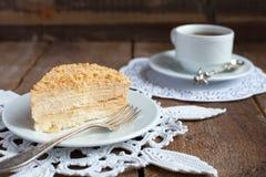 Klassischer Kuchen Napoleon des Blätterteiges mit Vanillepuddingsahne auf einem Winkel des Leistungshebels Stockfotografie