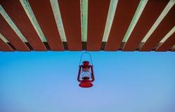Klassischer Laternenfall auf den Dachgesimsen stockfotografie