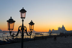Klassischer Laternenpfahl in Quadrat Sans Marco bei Sonnenuntergang Stockfotografie