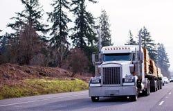 Klassischer leistungsfähiger halb LKW der großen Anlage transportieren Bauholzholz auf fla zwei stockfotografie
