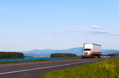 Klassischer LKW auf der Straße mit schöner Landschaft Lizenzfreies Stockbild