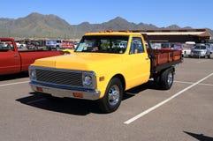 Klassischer LKW: Chevrolet 1 Tonne Doppel- Flachbettstangen-LKW - 1971 stockbilder